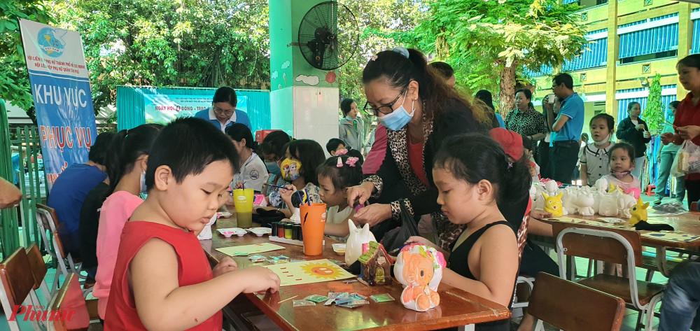 khu vực tô tượng, tô tranh cát cho trẻ em