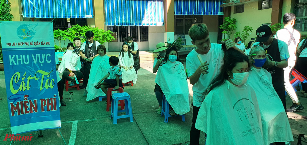 Khu vực cắt tóc miễn phí tại ngày hội cũng có nhiều người đến cắt tóc