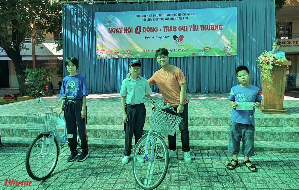 Hội LHPN quận Tân Phú vận động và tặng 3 phương tiện đến trường cho học sinh khó khăn