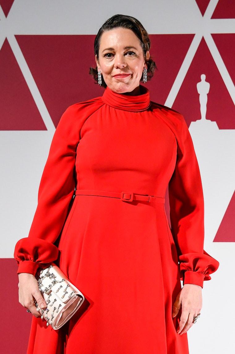 Olivia Coleman gây choáng trong bộ váy Dior Haute Couture màu đỏ và trang sức Chopard.