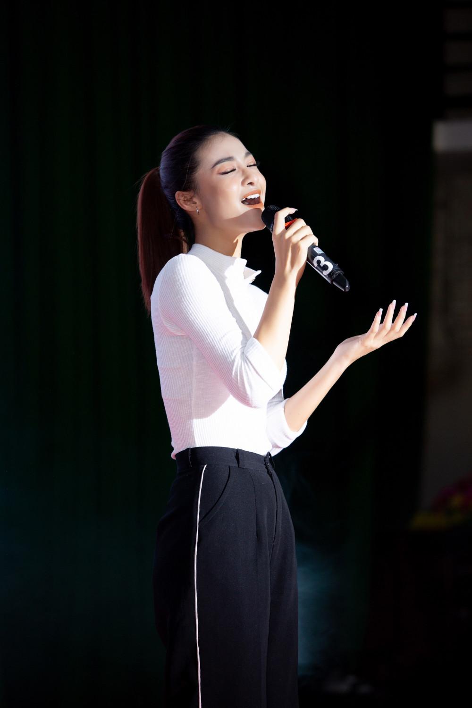 Ngoài việc hỗ trợ công nhân khám chữa bệnh, tặng quà, Kiều Loan cũng tranh thủ phục vụ văn nghệ. Người đẹp có giọng hát khá tốt, hiện đang tiếp tục tham gia một cuộc thi âm nhạc.