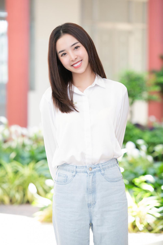 Á hậu Thuý An diện sơ mi trắng phối cùng quần jeans xanh nhạt. Vẻ đẹp của Thuý An ngày càng mặn mà sau khi lập gia đình.