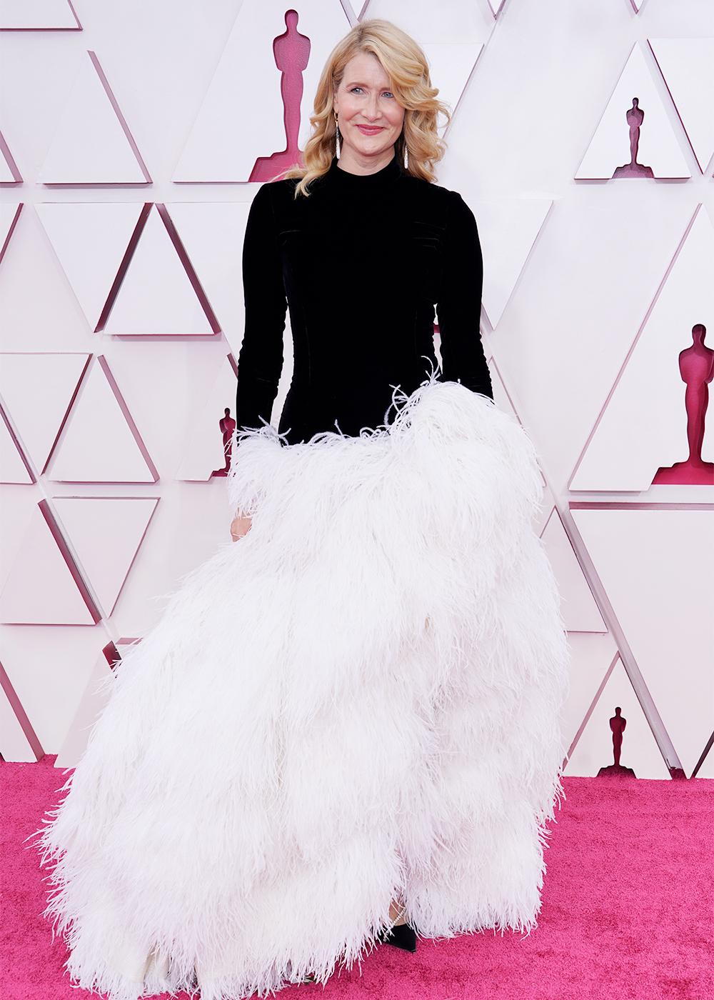 Laura Dern quyến rũ trong chiếc váy lông vũ phần thân dưới phối cùng áo sơ mi nhẹ nhàng phía trên.