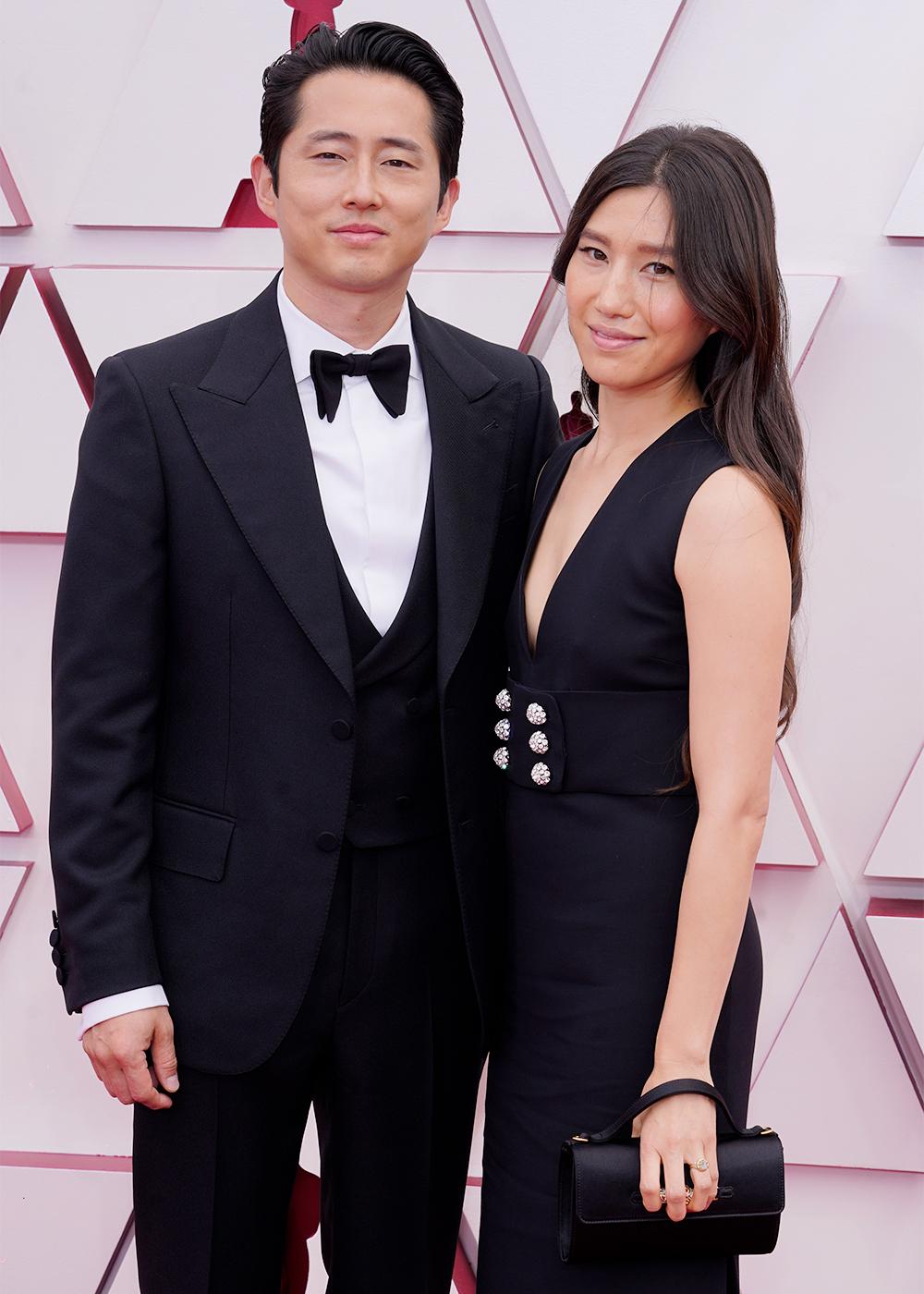Steven Yeun diện bô suit lịch lãm, sóng đôi cùng Joana Pak trên thảm đỏ lễ trao giải Oscar. Với màn thể hiện ấn tượng trong Minari, Steven Yeun là ứng cử viên sáng giá ở hạng mực Nam diễn viên chính xuất sắc nhất.