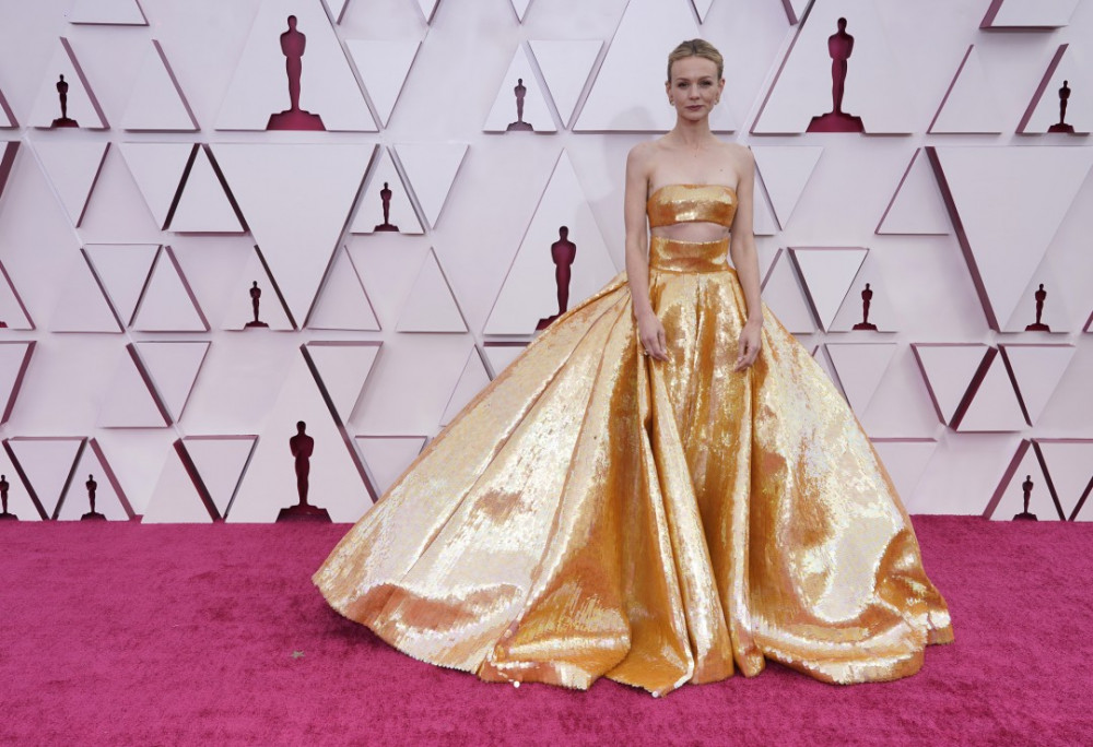 Carey Mulligan khoe vẻ đẹp đầy nữ tính trong bộ cánh của hãng Valentino Couture. Không cầu kỳ về cấu trúc, màu sắc lạ mắt của trang phục đã đủ giúp cô nàng nổi bật.