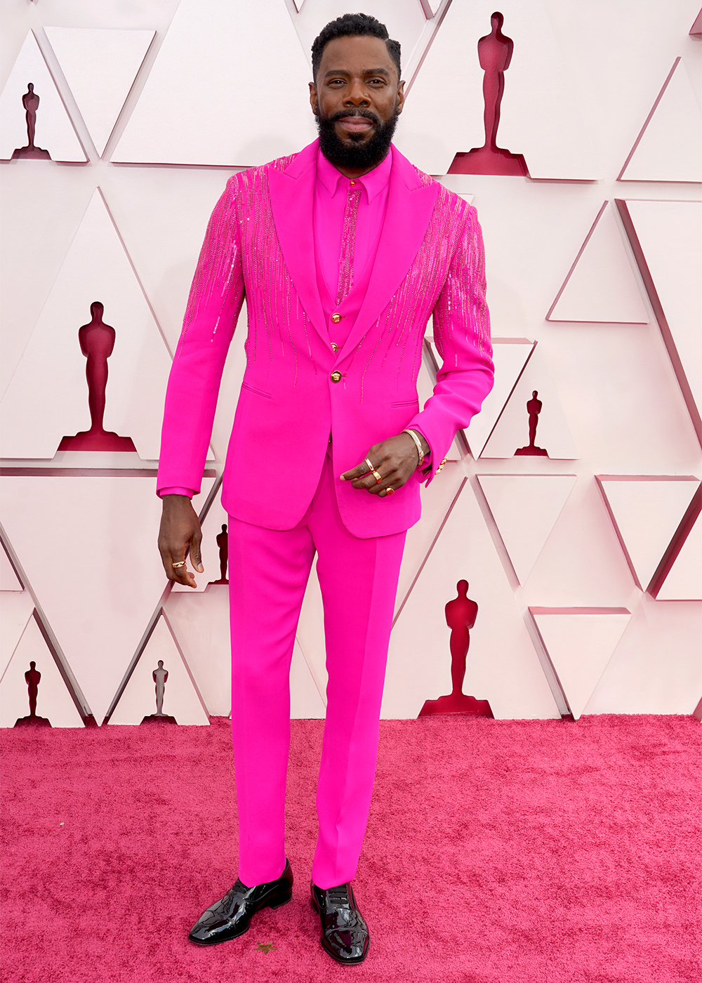 Colman Domingo khá tự tin trong bộ vest hồng của thương hiệu Versace.