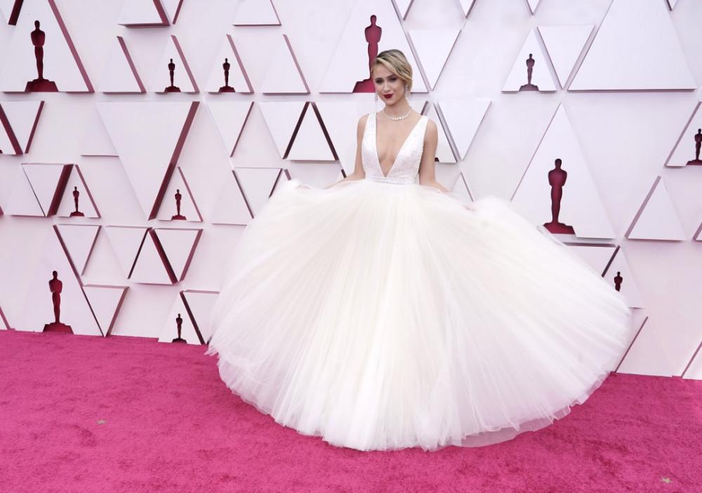 Maria Bakalova cuốn hút ánh nhìn trong chiếc váy Louis Vuitton trắng. Đường khoét ngực sâu tinh tế nhưng vẫn an toàn cho người mắc khi di chuyển kết hợp với phân đuôi phồng lớn giúp nữ diễn viên tỏa sáng trên thảm đỏ.