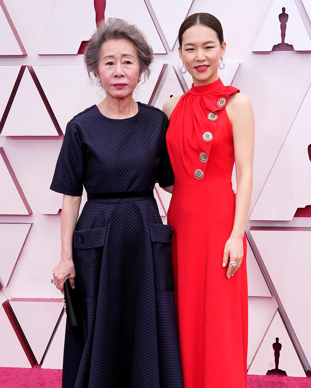 Nữ diễn viên gạo cội Yuh-Jung Youn thanh lịch với bộ cánh khá kín đáo, trong khi đó Ye-ri Han khoe khéo vòng eo săn chắc trong chiếc váy đỏ ôm dáng. Để có thể góp mặt tại lễ trao giải, Yuh-Jung Youn đã quyết định bay từ Hàn Quốc đến Mỹ.