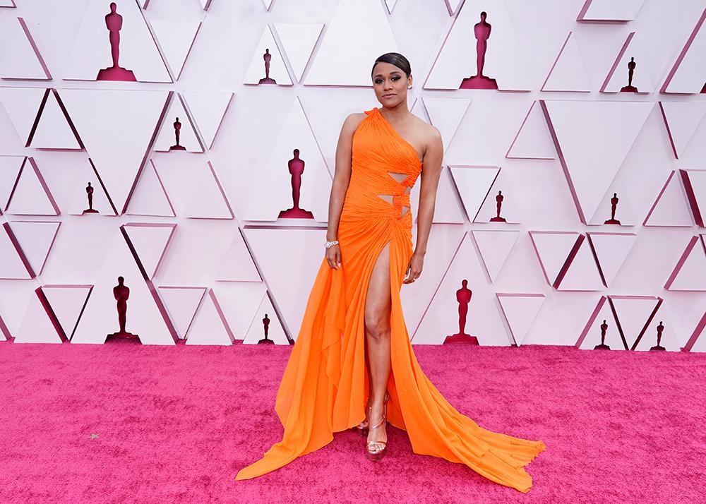 Charles D. King quyến rũ trong bộ cánh cam bất đối xứng. Những đường cắt xẻ vừa phải ở phần eo vừa giúp cô nàng tôn lên lợi thế sắc vóc đồngthời cũng tạo điểm nhấn cho bộ trang phục.