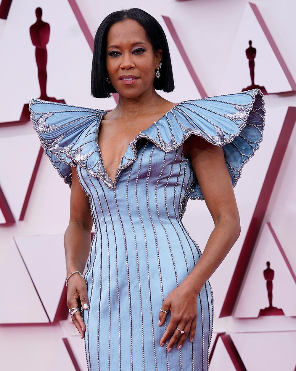 Regina King gây bất ngờ với chiếc váy lụa xanh lam được Louis Vuitton làm riêng cho cô. Phần tay áo và cấu trúc cánh bướm ở phần vai được đánh giá khá độc đáo.