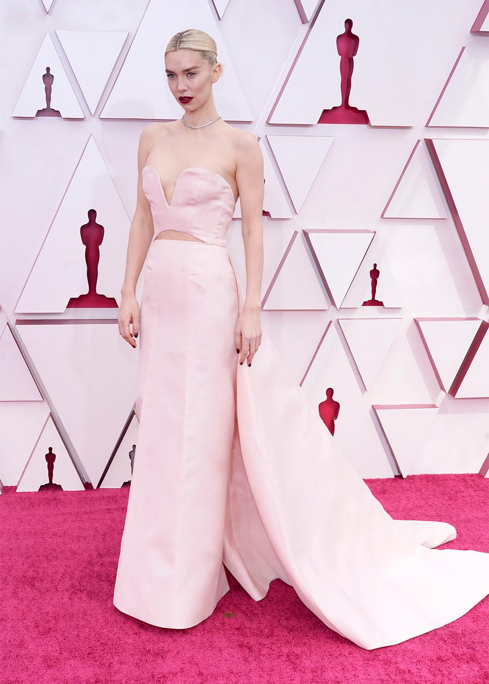 Mái tóc bóng mượt, lối trang điểm sắc sảo nhấn đôi môi màu hạt dẻ và chiếc váy hồng mềm mại mang đến vẻ ngoài tuyệt vời cho Vanessa Kirby .
