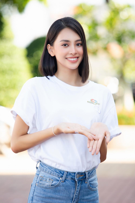 Hoa hậu Tiểu Vy cũng chọn áo phông trắng diện cùng quần jeans xanh. Người đẹp trông năng động với mái tóc ngắn ngang vai. Đời thường, Tiểu Vy ít trang điểm hoặc trang điểm nhẹ khi xuất hiện nơi đông người.