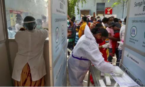 Mọi người xếp hàng để được kiểm tra Covid-19 ở Hyderabad, Ấn Độ, vào Chủ nhật. Sự lây lan của virus đã tràn ngập các bệnh viện ở các thành phố lớn. Ảnh: Mahesh Kumar A / AP