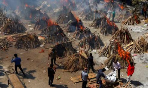 Các lò hỏa táng đã phải tăng sức chứa để ứng phó với khủng hoảng. Ảnh: Amarjeet Kumar Singh / SOPA Images / REX / Shutterstock