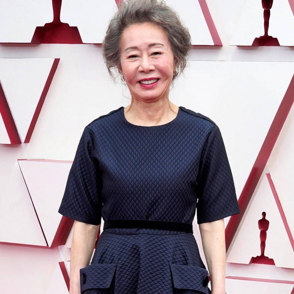Diễn viên gạo cội của Hàn Quốc Yuh-jung Youn tại thảm đỏ Oscar 2021.