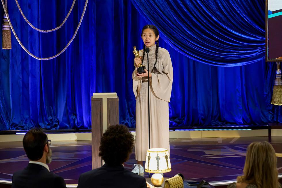 Nữ đạo diễn Chloé Zhao trên sân khấu Oscar nhận cúp vàng.