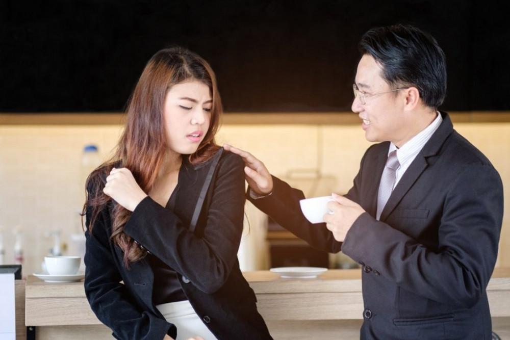 Quấy rối tình dục nơi làm việc là một vấn nạn nghiêm trọng xảy ra ở nhiều nơi - Ảnh: Shutterstock