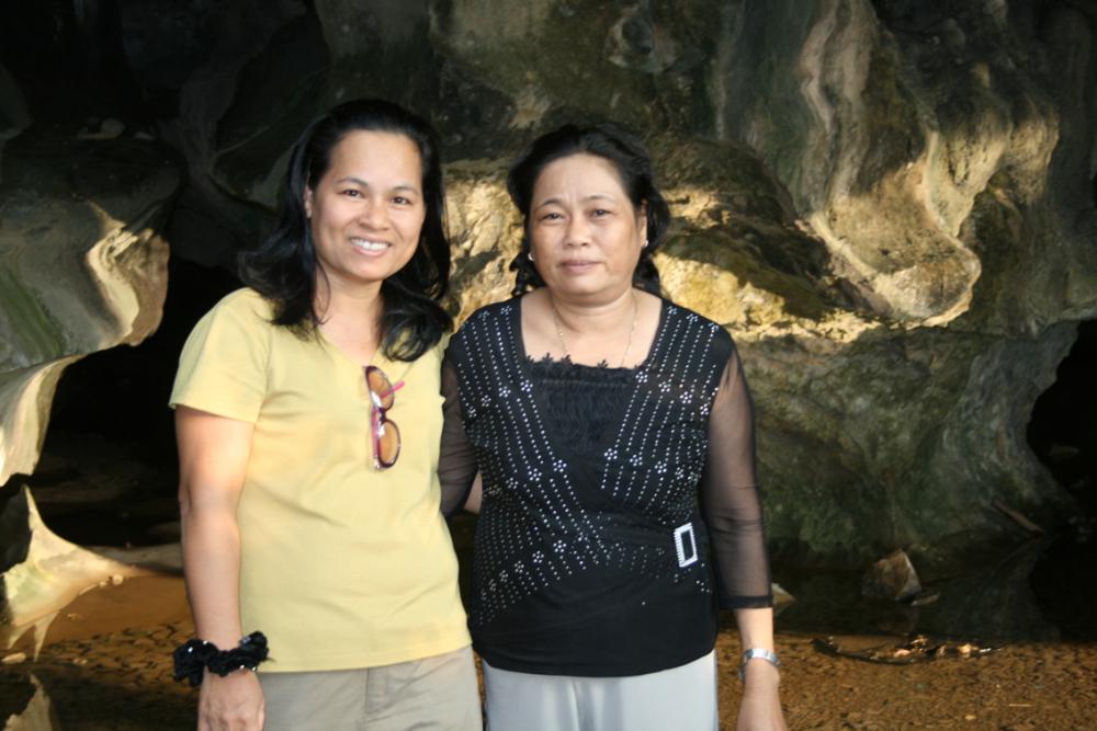 Nhà văn Trầm Hương (trái) cùng chị Tô Thị Thanh Xuân (Tuyết Thu) - nhân chứng trở về từ đường 1C huyền thoại - trong dịp thăm lại núi Mo So (Kiên Giang) - Ảnh: nhân vật cung cấp