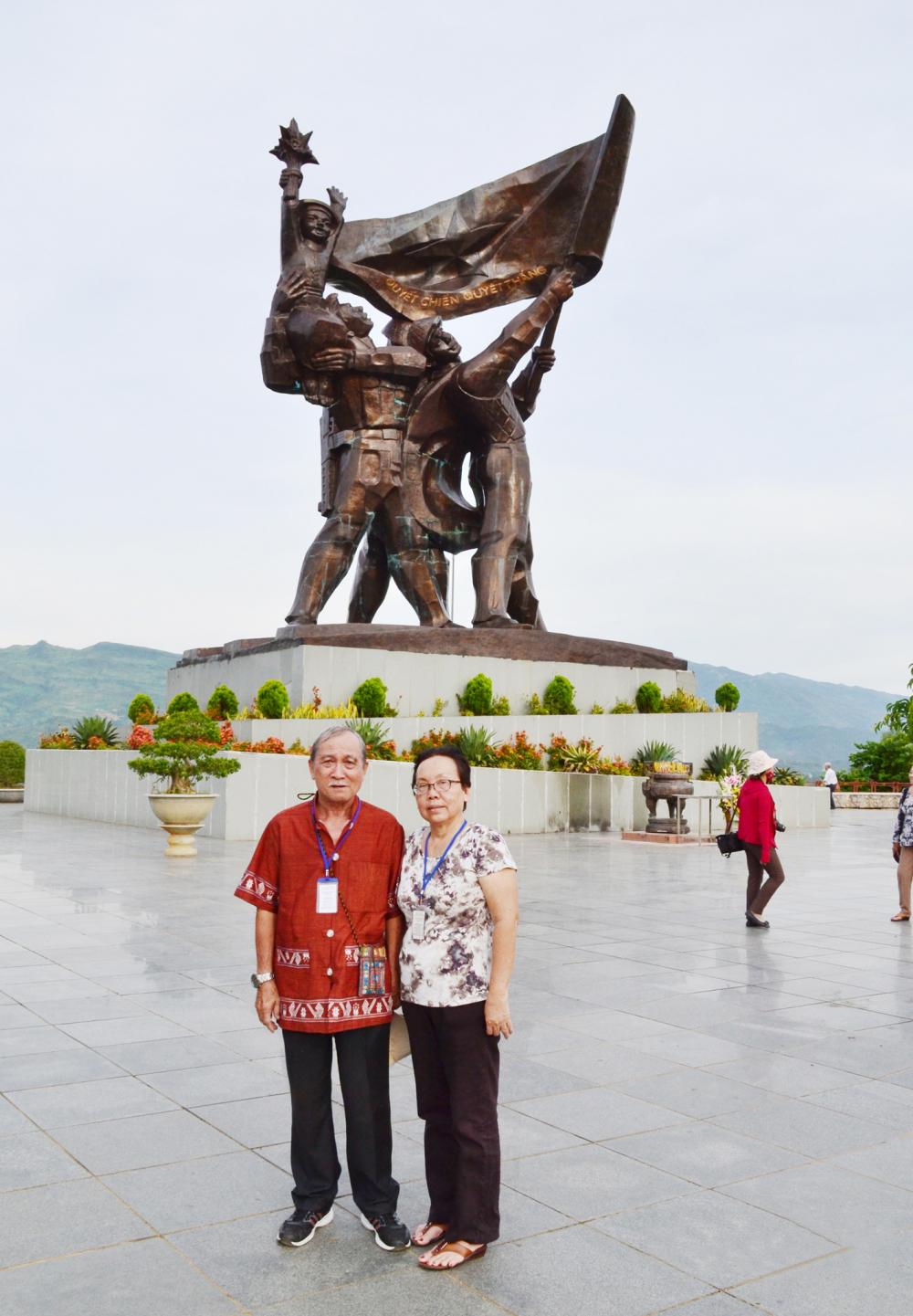 Ông Hồ Ngọc Anh và bạn đời Trần Ngọc Điệp trước tượng đài chiến thắng Điện Biên Phủ