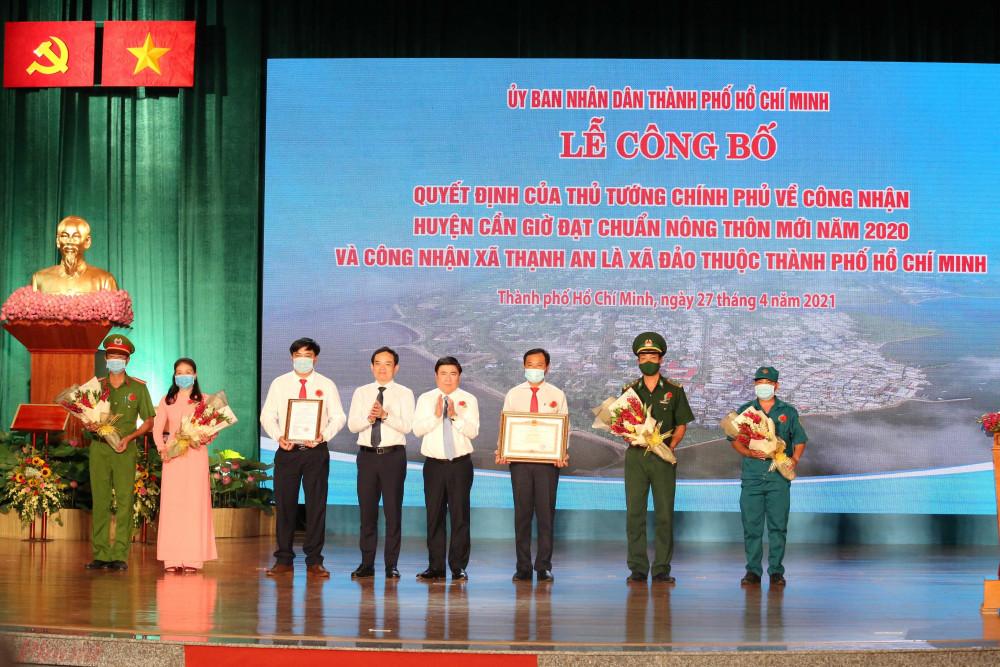 Lãnh đạo TPHCM trao quyết định công nhận Thạnh An là xã đảo thuộc TPHCM cho huyện Cần Giờ.
