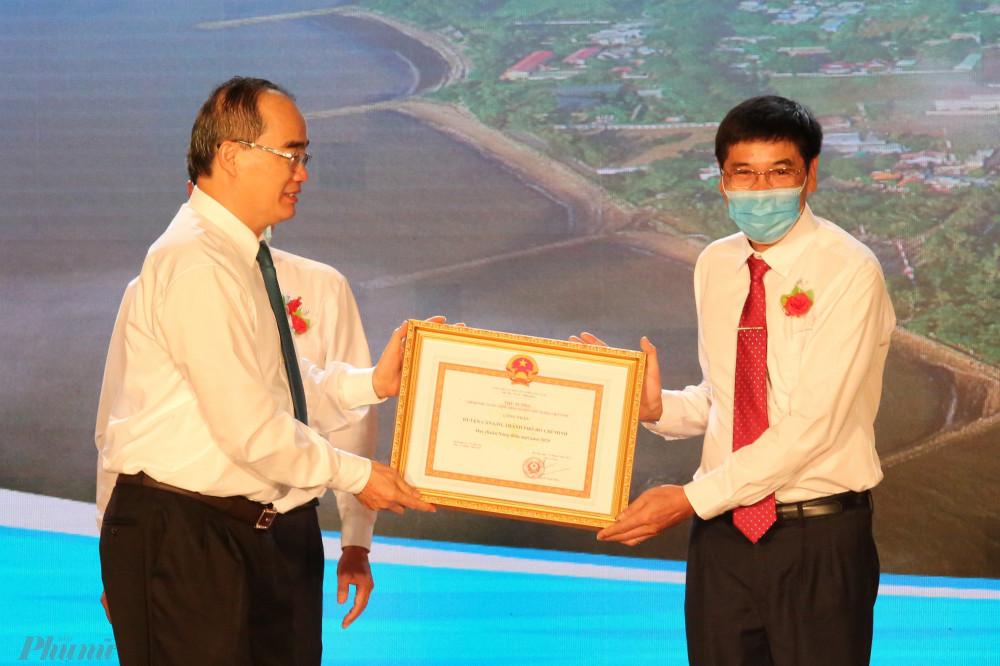 Ông Nguyễn Thiện Nhân, Trưởng đoàn Đại biểu Quốc hội TPHCM trao quyết định của Thủ tướng về công nhận huyện Cần Giờ đạt chuẩn nông thôn mới năm 2020.