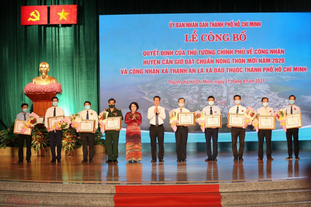 Lãnh đạo TPHCM trao quyết định khen thưởng cho các tổ chức, cá nhân ở huyện Cần Giờ có thành tích xuất sắc trong phong trào xây dựng nông thôn mới.