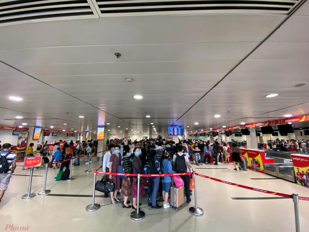 Dù chưa phải là cao điểm, nhưng những ngày qua Sân bay Tân Sơn Nhất luôn trong tình trạng đông nghẹt người chờ làm thủ tục. Ảnh: Quốc Thái