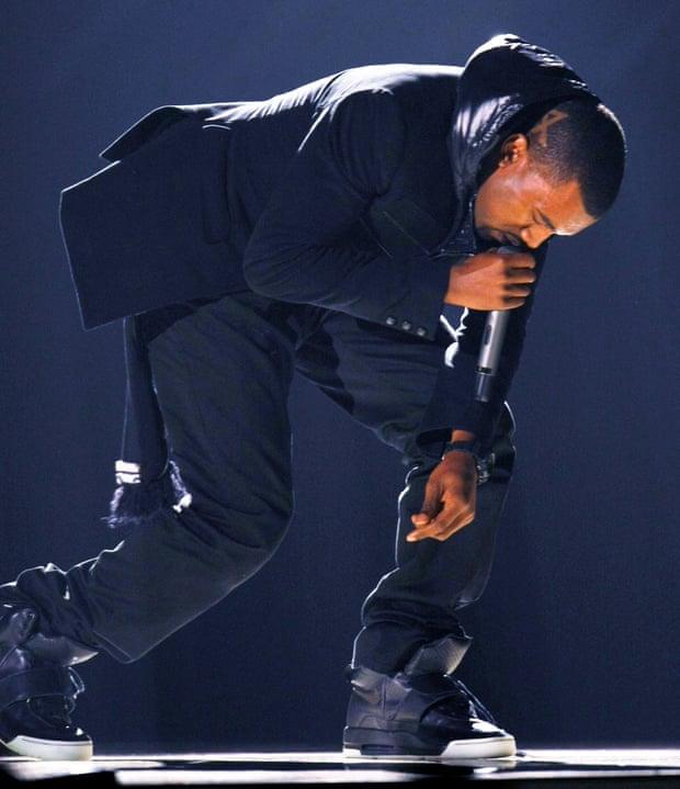 Kanye West mang giày thể thao Nike Air Yeezy 1 trình diễn tại Grammys năm 2008.