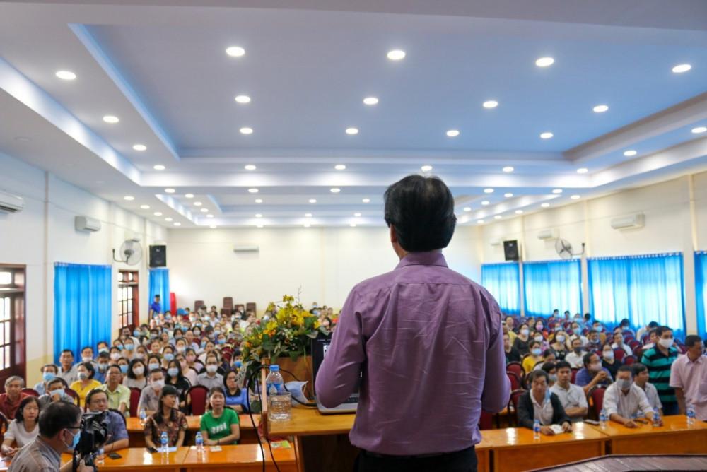 Phụ huynh trường THPT Nguyễn Du hướng dẫn phụ huynh về quy chế thi và xét tuyển