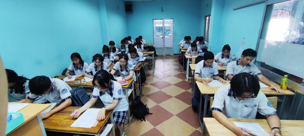 Học sinh lớp 12 Trường THPT Lý Thái Tổ điền hồ sơ
