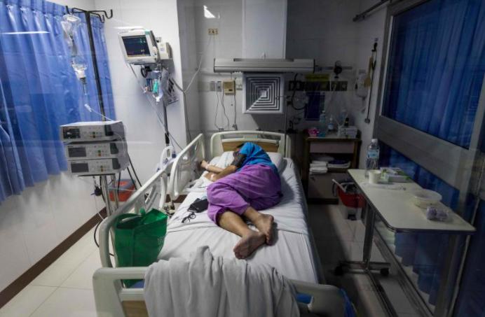 Một bệnh nhân COVID-19 nằm trong phòng chăm sóc đặc biệt