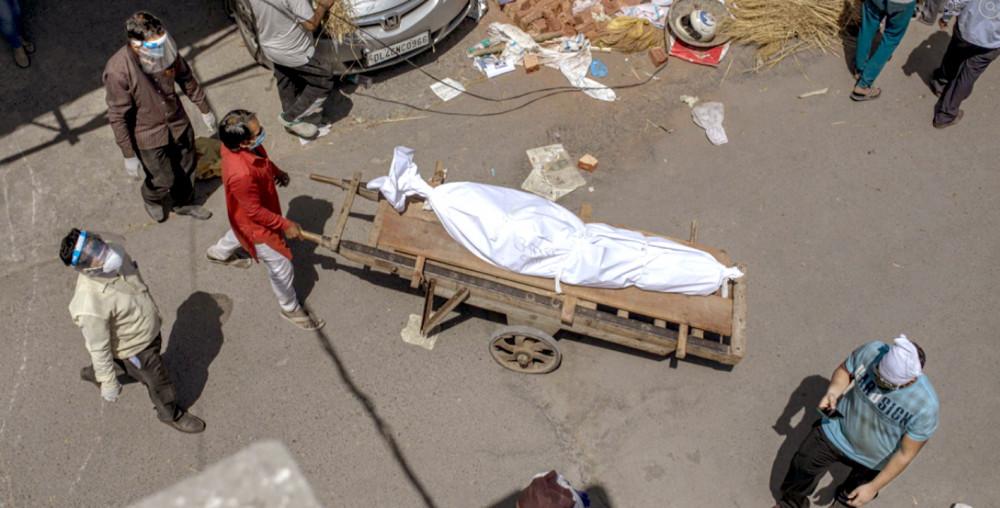 Một thi thể đang được đưa đến bãi đất được dùng làm nơi hỏa táng người chết do COVID-19 ở New Delhi, Ấn Độ - Ảnh: AP