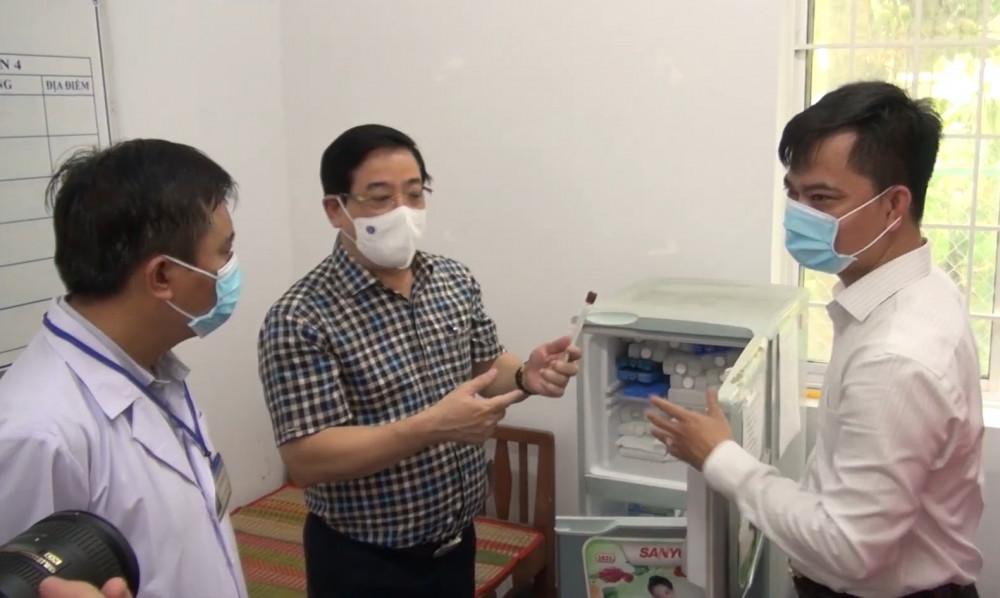 Đoàn công tác Bộ Y tế kiểm tra công tác phòng chống dịch, bảo quản vắc xin COVID-19 tại Trung tâm Y tề huyện Măng Thít, tỉnh Vĩnh Long
