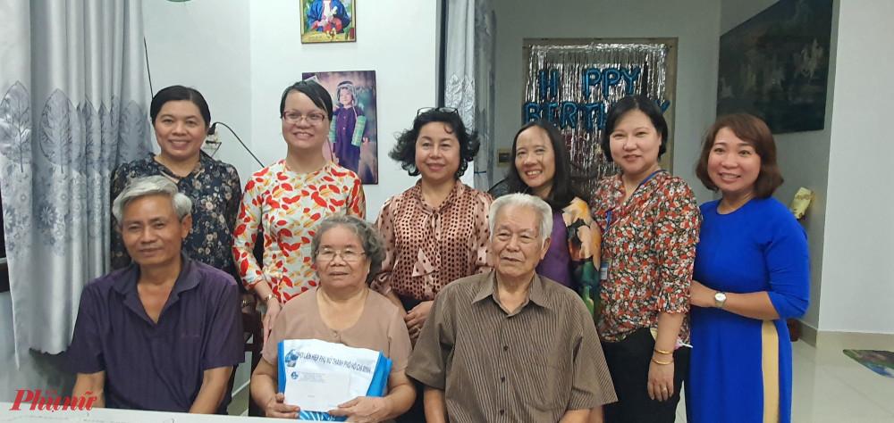 Đoàn đến thăm và chụp hình lưu niệm cùng gia đình chú Nguyễn Văn Niệm