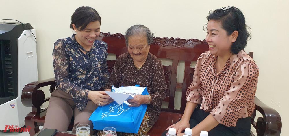 Đoàn đến thăm, tặng quà nhân kỷ niệm 30/4 đến Mẹ Nguyễn Thị Ở