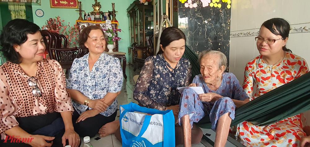 Đoàn đến thăm và chúc sức khỏe Mẹ Lê Thị Hồ