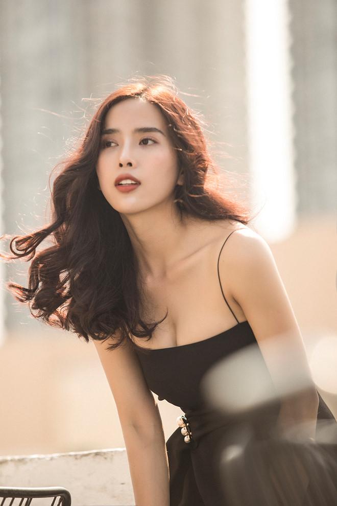 Bella Mai sinh năm 1993, từng đại diện Việt Nam dự thi và đoạt ngôi vị Á hậu 1 Hoa hậu du lịch hoàn vũ 2017. Cô ghi dấu ấn với khán giả qua các phim Mùa oải hương năm ấy, Mặn hơn muối, Nếu còn có ngày mai, Đích tôn độc đắc, Oán, Thám tử Hên Ry… và mới đấy nhất là vai diễn Hương Thảo trong Yêu trong đau thương.