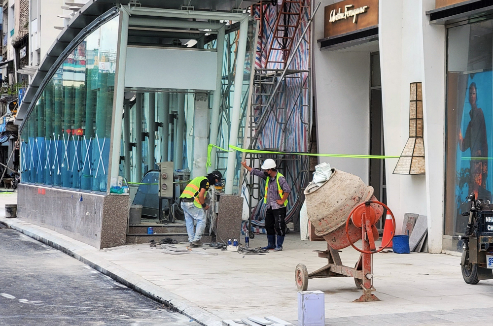 Các công nhân cố gắng hoàn thiện lối xuống metro số 1. Hiện tại các công tác thi công metro số 1 thuộc ga ngầm này vẫn tiếp tục thi công bên dưới hầm ngầm.