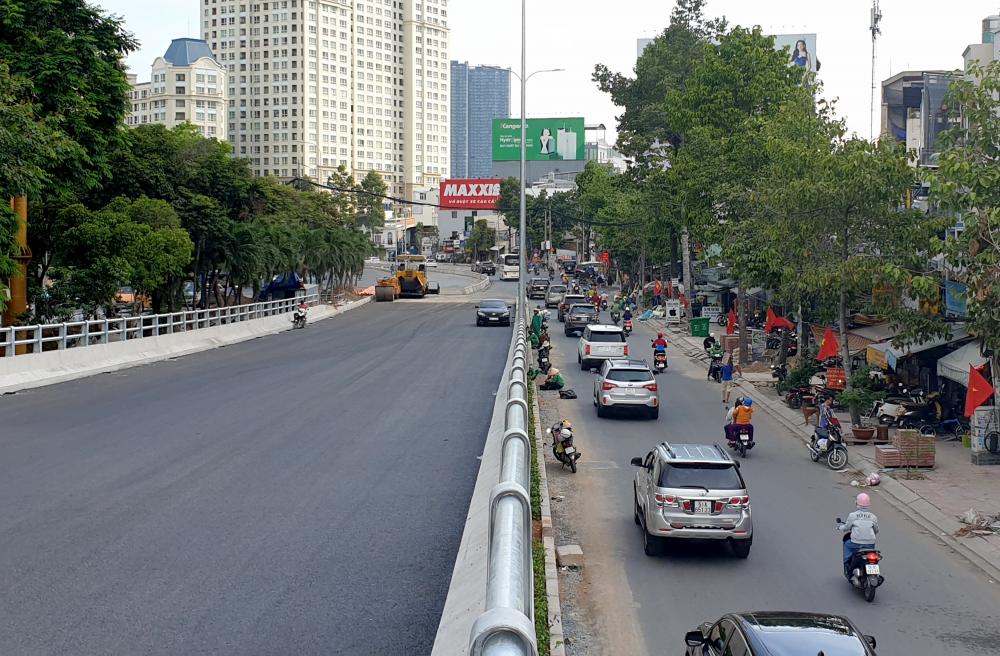 Cầu vượt Nguyễn Hữu Cảnh nối con đường này với gầm cầu Sài Gòn cũng đã được trải nhựa.
