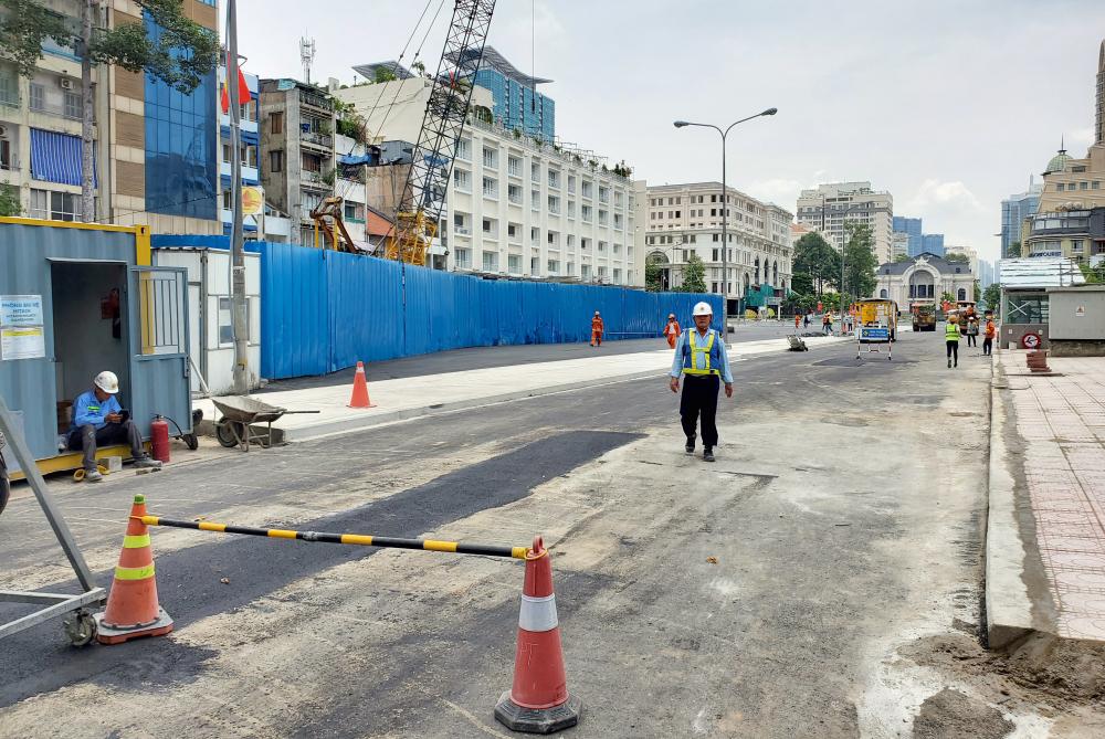 Hàng chục công nhân, kỹ sư vẫn tấp nập ra vào làm việc dù đã gần 12 giờ trưa.