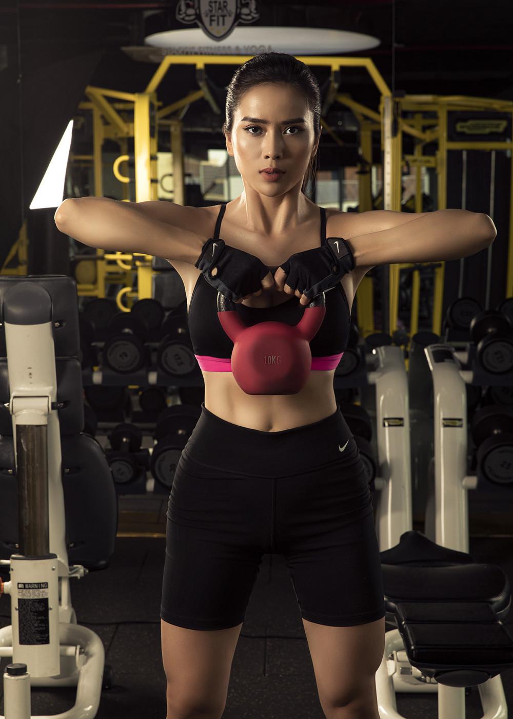 Để xứng đáng với những tình cảm mà khán giả dành tặng và thực hiện mực tiêu trở thành một đả nữ trên màn ảnh, Bella Mai cho biết phải trải qua quá trình tập luyện gian khổ để vừa có được sắc vóc chuẩn và không ngừng cải thiện thể lục.