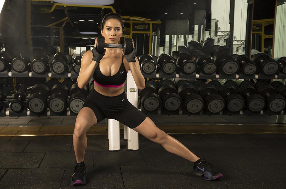 Bella Mai tiết lộ mỗi ngày đều dành ra hơn 2 giờ để khổ luyện trong phòng gym, tham gia đầy đủ tất cả các bài tập mà huấn luyện viên cá nhân thiết kế, đồng thời tuân thủ rất nghiêm ngặt chế độ ăn uống hợp lý, đủ dinh dưỡng để giảm mỡ, tăng cơ, duy trì vóc dáng lý tưởng.