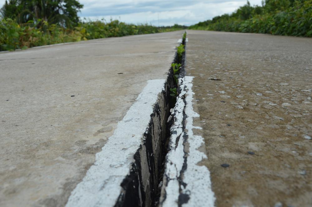 Khe lún mặt đường đê biển Tây ở Cà Mau (đoạn đi qua huyện U Minh, ảnh chụp ngày 14/9/2020).. Ảnh: An Khương