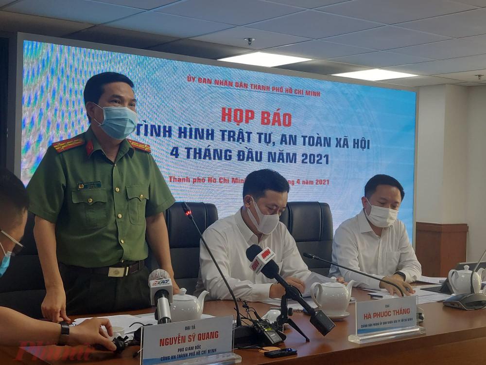 Đại tá Nguyễn Sỹ Quang thông tin tại buổi họp báo.