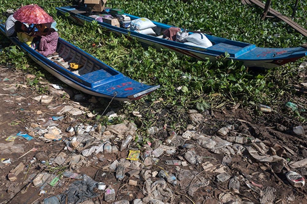 Việc vứt rác bừa bãi khiến sông Mê Kông  trở thành một trong mười con sông ô nhiễm nhất thế giới - Ảnh: Mekong Eye
