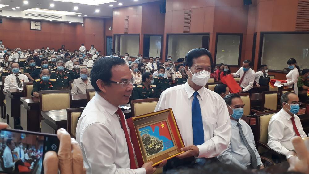 Ông Nguyễn Văn Nên, Bí thư Thành ủy TPHCM tặng quà tri ân những người hùng của các thời kỳ