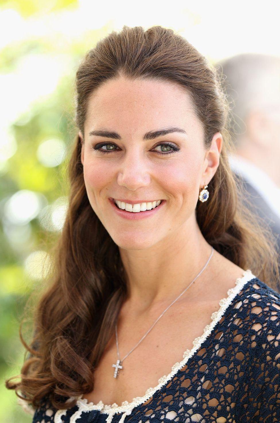 Không quên sử dụng tinh dầu hoa hồng: công nương Kate trong thời gian mang thai không sử dụng các sản phẩm chăm sóc da nhân tạo. Mà thay vào đó, là các sản phẩm chăm sóc da tinh dầu hoa hồng nguồn gốc thiên nhiên.