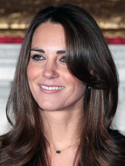 Yêu thích vẻ đẹp tự nhiên: Đối với phong cách trang điểm, Kate không hề cầu kì, cô thích tô điểm cho đôi má luôn được đánh phấn hồng nhẹ và đôi môi sử dụng son bóng có màu tối hơn màu da.