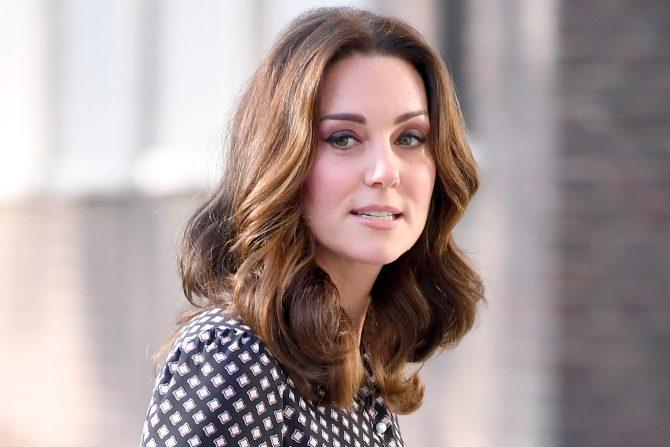 Thường xuyên đắp mặt nạ: Công nương  Kate Middleton đã lựa chọn sử dụng mặt nạ dưỡng da từ nọc ong làm bí quyết làm đẹp da cho mình.