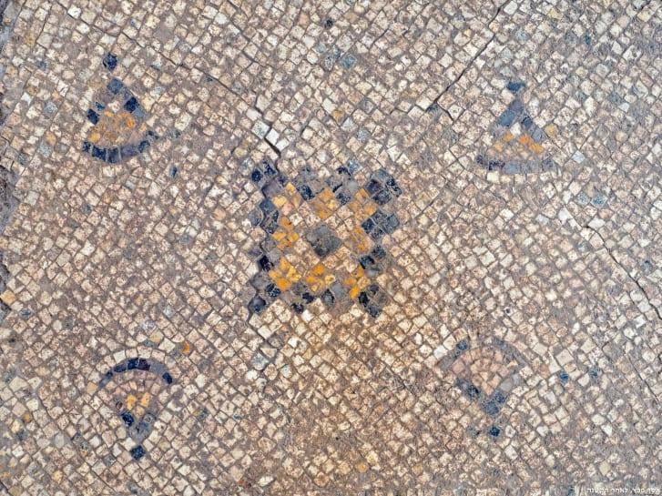 Bức tranh được tìm thấy trong quá trình khảo cổ, đã qua một lớp axit đặc biệt để rửa cho sáng hơn.